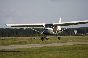 Ukrainassa valmistettu kaksipaikkainen ultrakevyt lentokone Aeroprakt A22 Foxbat tulossa laskuun.