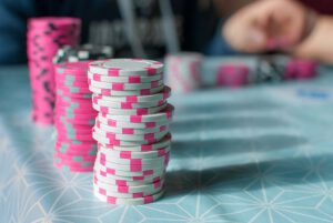 Pokeri ja sen pelaaminen – mitä se vaatii?
